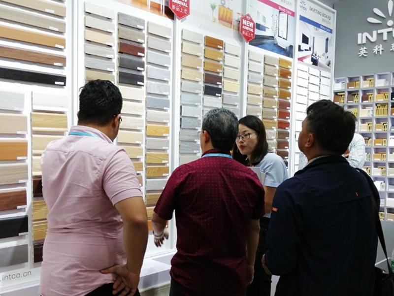 英科工作人员向客户介绍产品