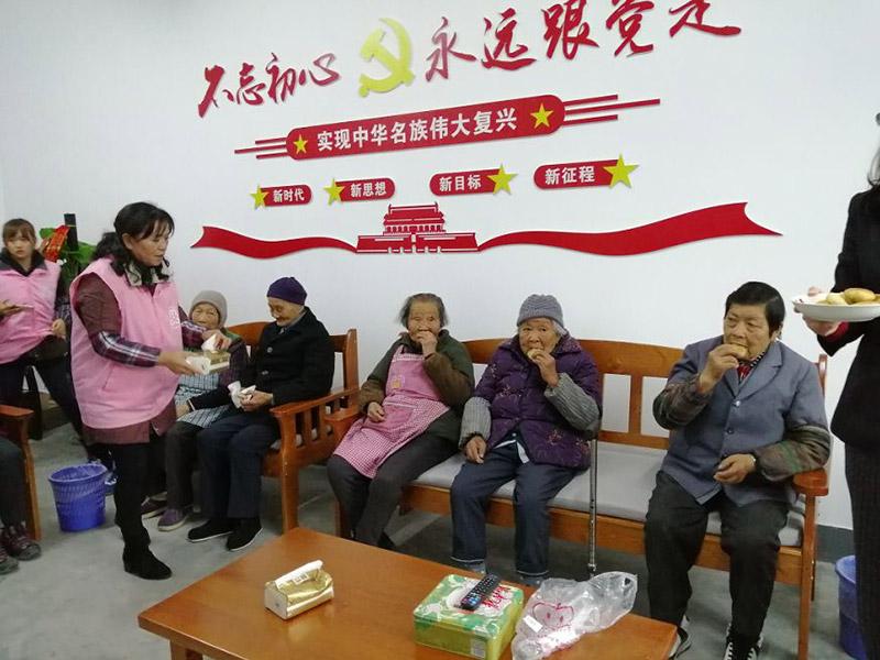 英科伙伴们和村里60岁以上的老人们暖心的茶话会