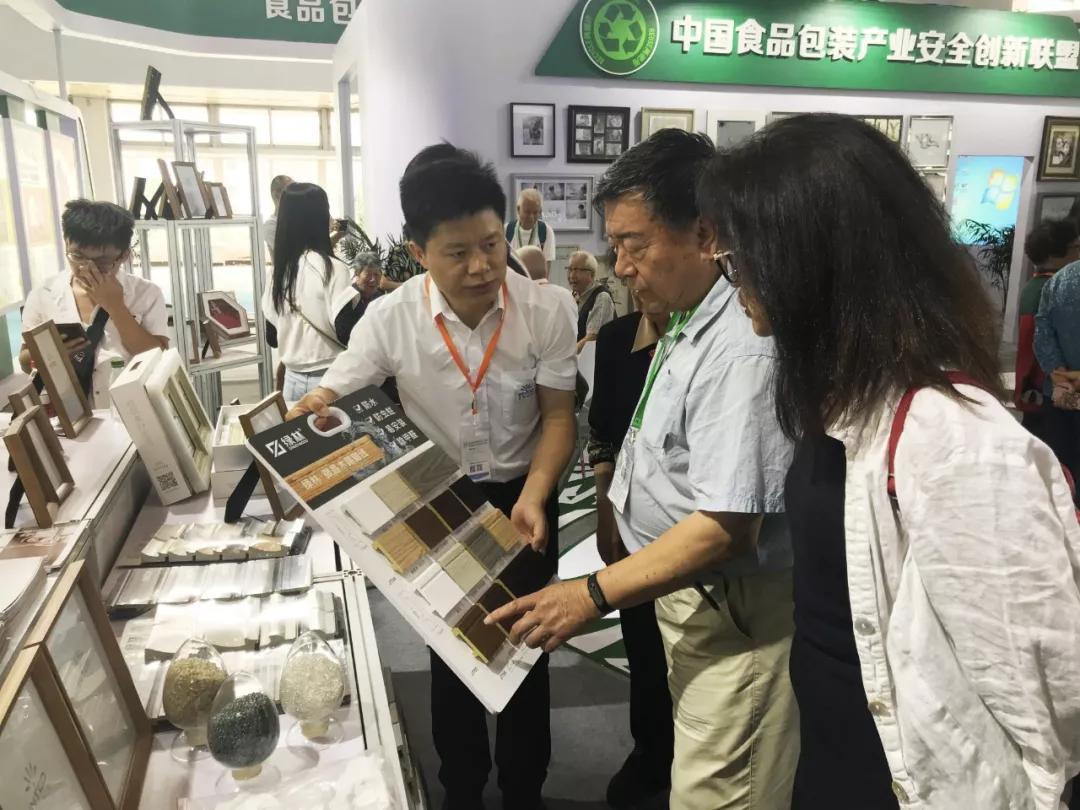 2019食安展上世界绿色设计组织主席石定寰参观英科环保踢脚线的产品展板