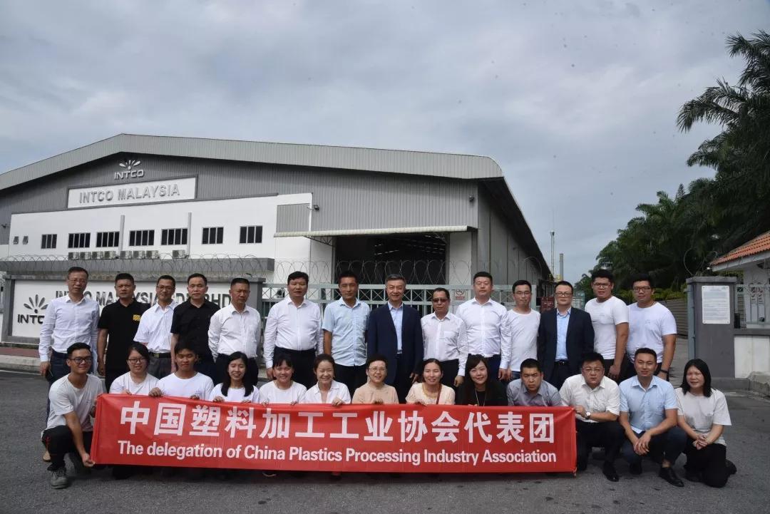 中国塑协代表团成员与英科环保马来西亚分公司相关人员合影
