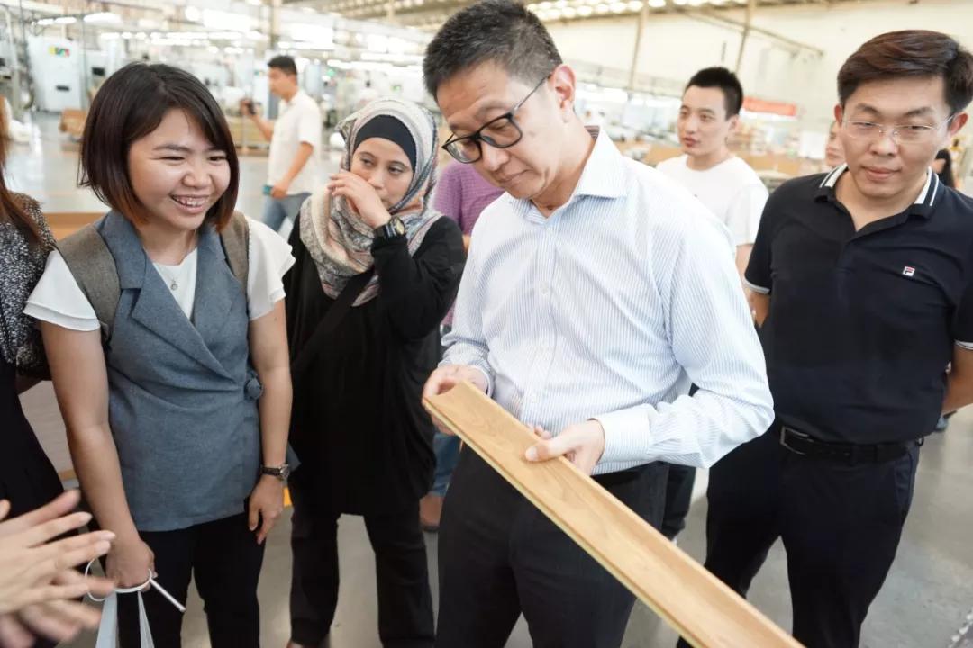马来西亚雪兰莪州拿督邓章钦在生产车间对英科环保PS线条给予了充分肯定