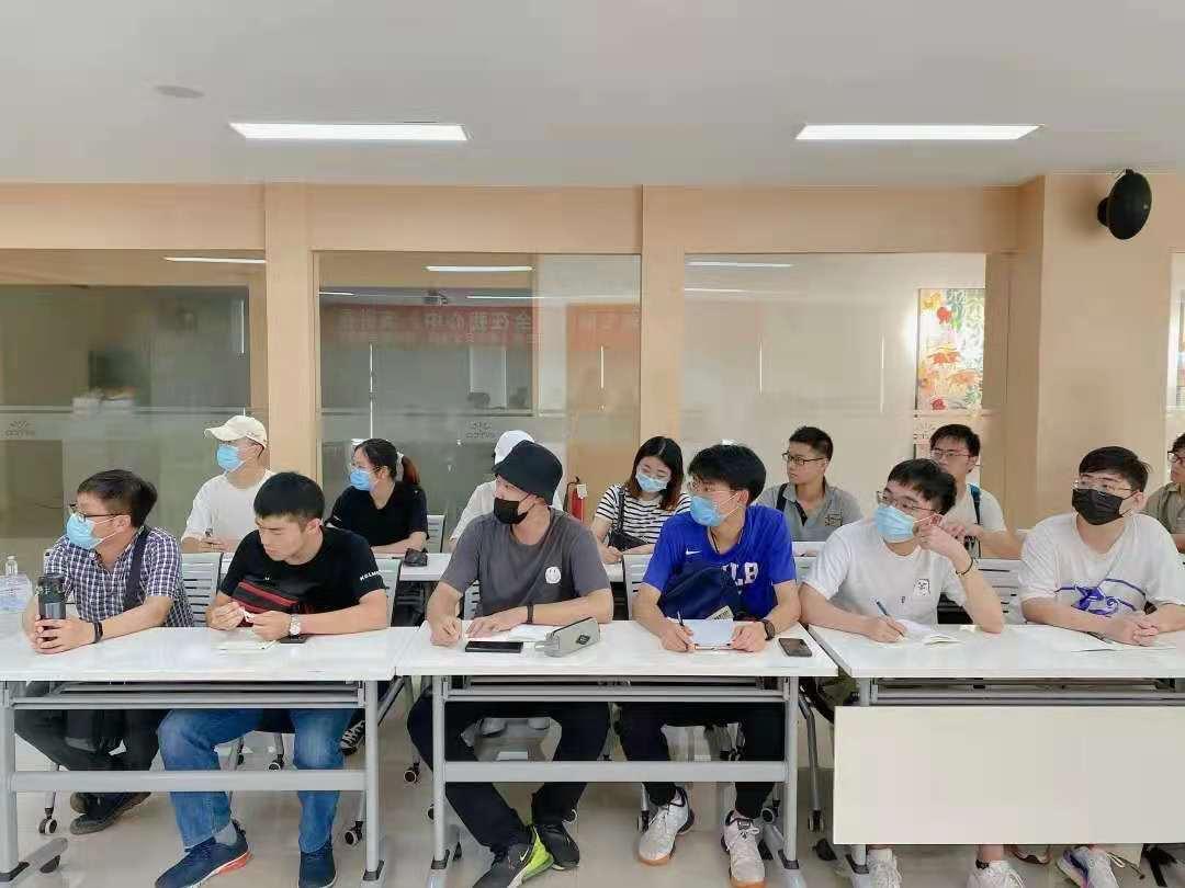 同学们神情专注地在听着